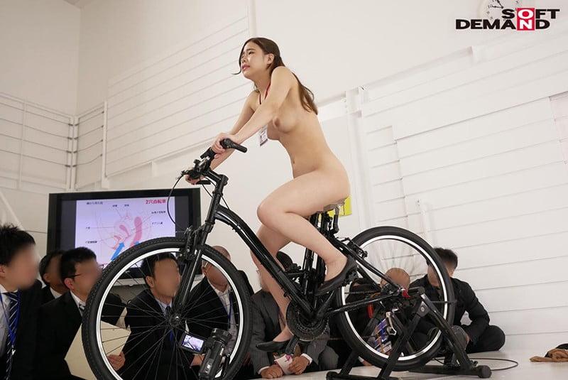 SOD女子社員 2穴交互挿入アクメ自転車がイクッ! 自ら発表会で実験台となりイキまくった、宣伝部女子社員 華井理恵